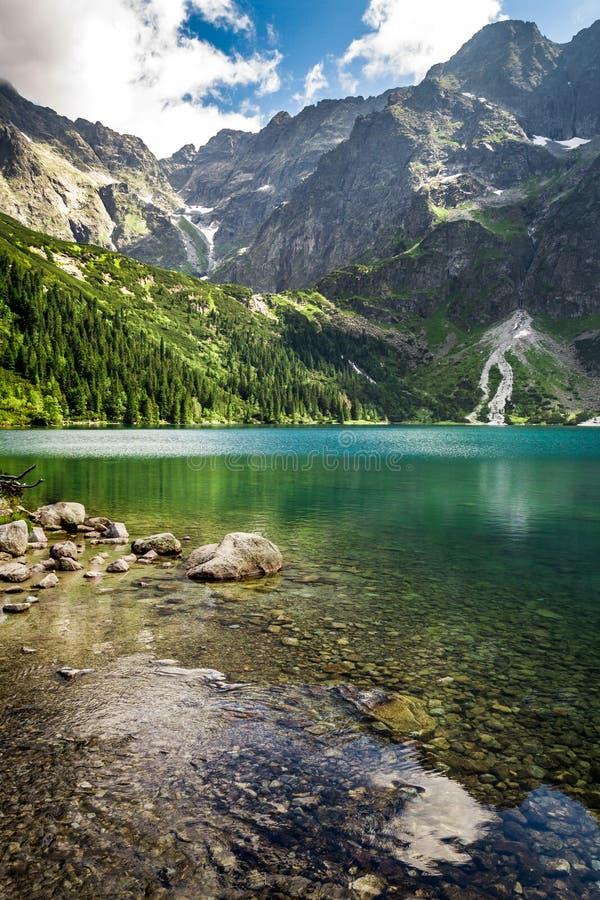 Lago mountain en verano en el fondo de montañas rocosas imagen de archivo libre de regalías