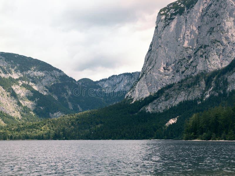 Lago mountain, macizo alpino, barranco hermoso en Austria Valle alpino en verano, agua clara imagenes de archivo