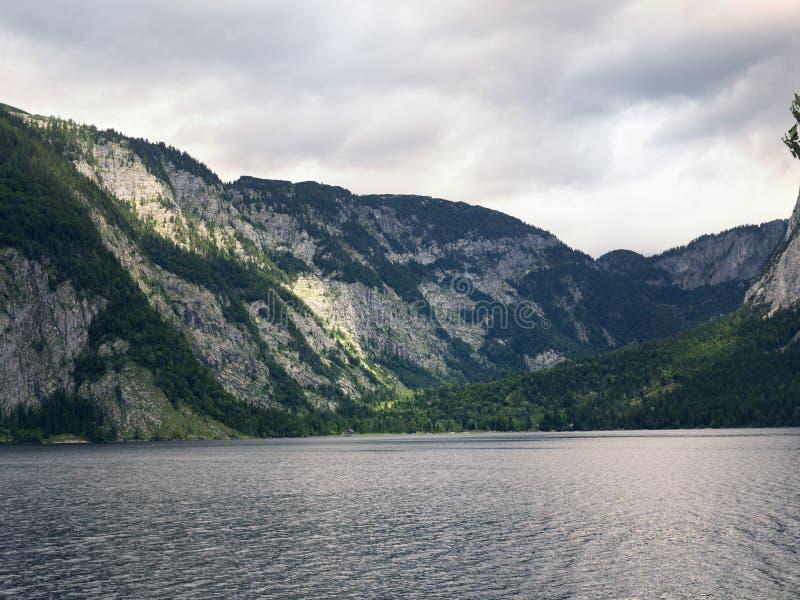 Lago mountain, macizo alpino, barranco hermoso en Austria Valle alpino en verano, agua clara fotografía de archivo