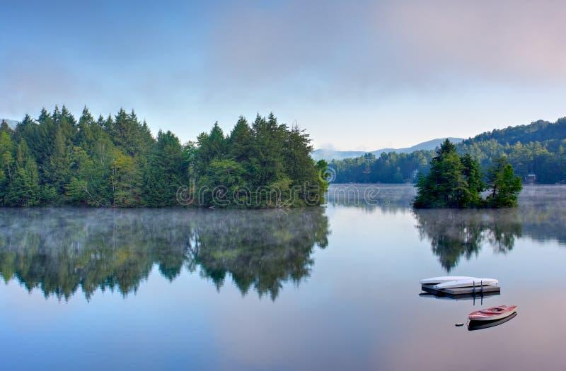 Lago mountain na manhã foto de stock royalty free