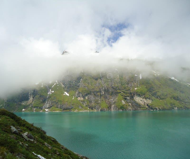 Lago mountain nos alpes imagens de stock