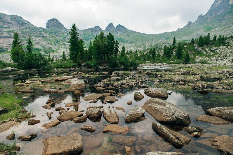 Lago mountain, parque nacional de Ergaki Agua cristalina, montañas rocosas y cielo claro foto de archivo libre de regalías
