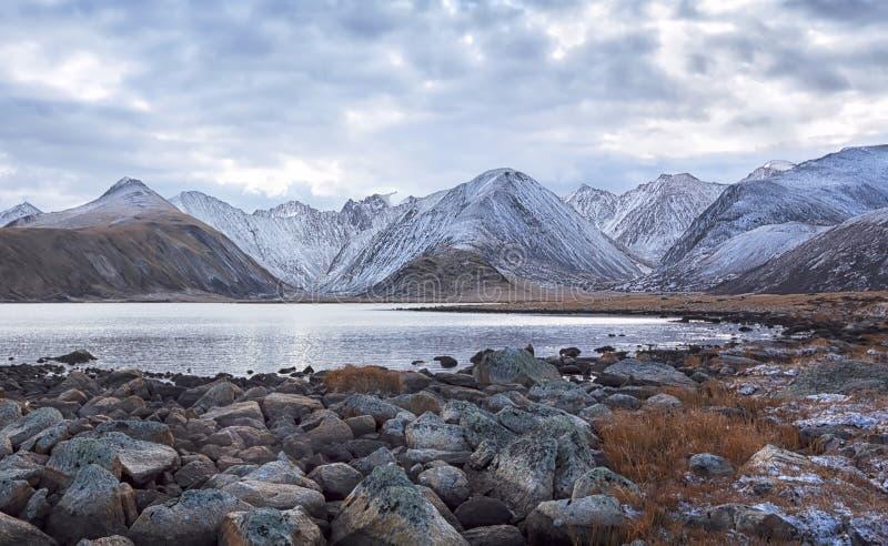 Lago mountain in tempo nuvoloso immagini stock libere da diritti