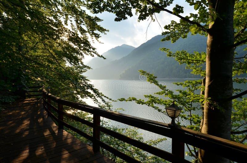 Lago, Mountain View dal terrazzo di legno fotografia stock