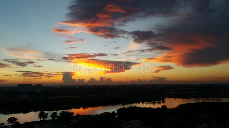 Download Lago Muangthong immagine stock. Immagine di sopra, mattina - 55353539
