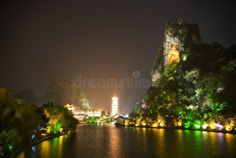 Lago Mulong de Guilin y colina de Dai Cai en la noche imagenes de archivo
