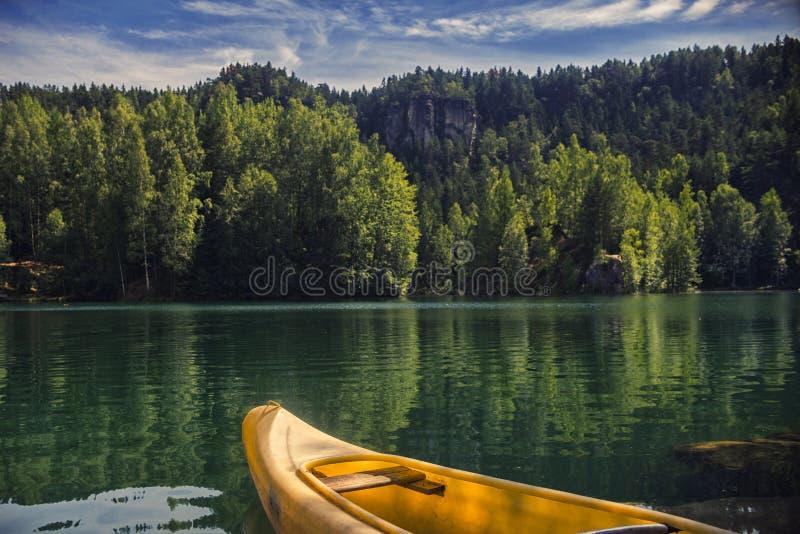 Lago na cidade Adrspach da rocha, parque nacional de Adrspach, República Checa foto de stock