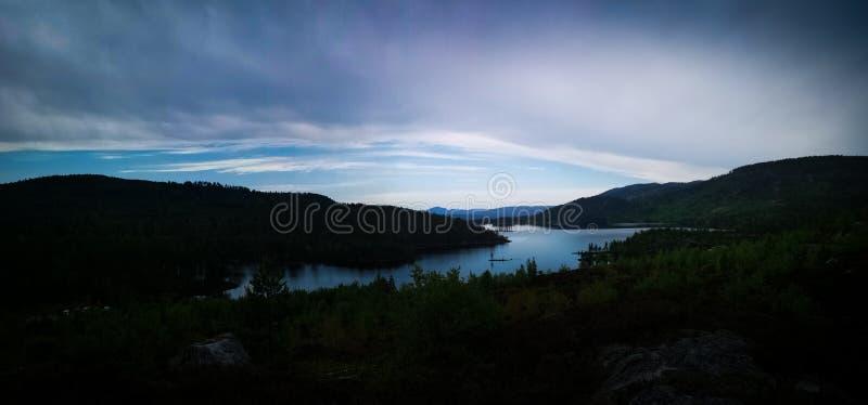 Lago na hora azul fotografia de stock royalty free
