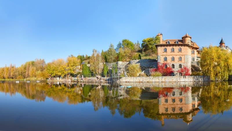 Lago na vila de Buki Ukraine imagem de stock