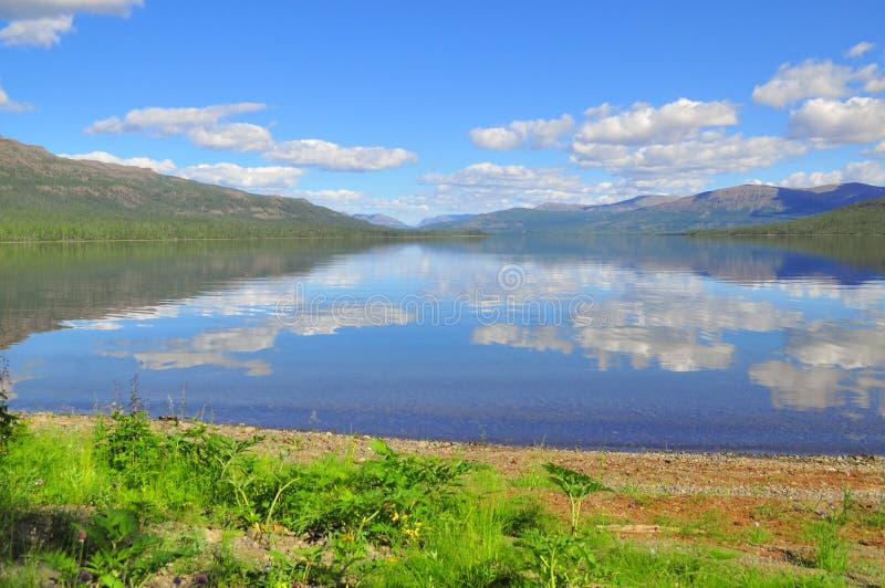 Lago Nakomyaken en la meseta de Putorana imagenes de archivo