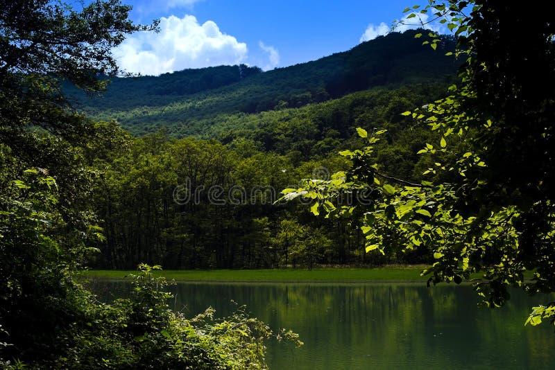 Lago nas montanhas foto de stock royalty free