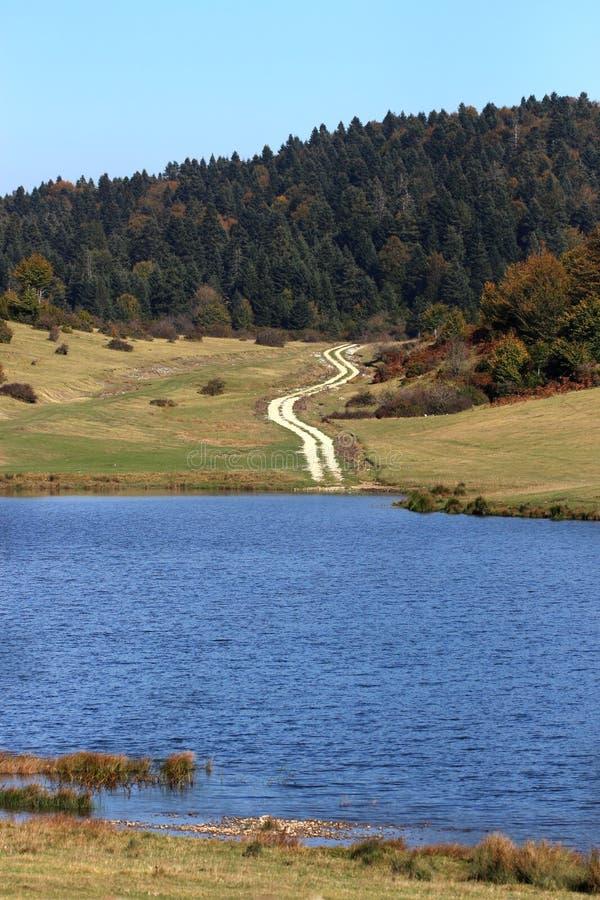 Lago nas montanhas altas fotos de stock