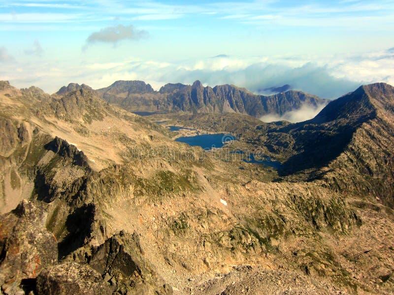 Lago nas montanhas do maciço de Besiberri imagem de stock