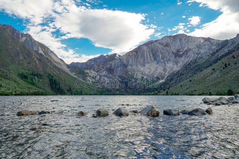Lago nas montanhas orientais de Sierra Nevada, Califórnia convict, fotografia de stock royalty free