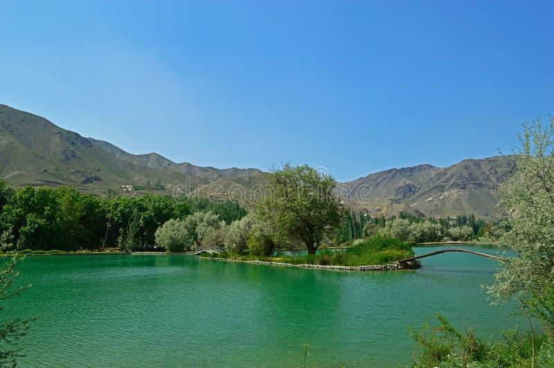 Lago nas montanhas, Quirguizistão imagem de stock royalty free