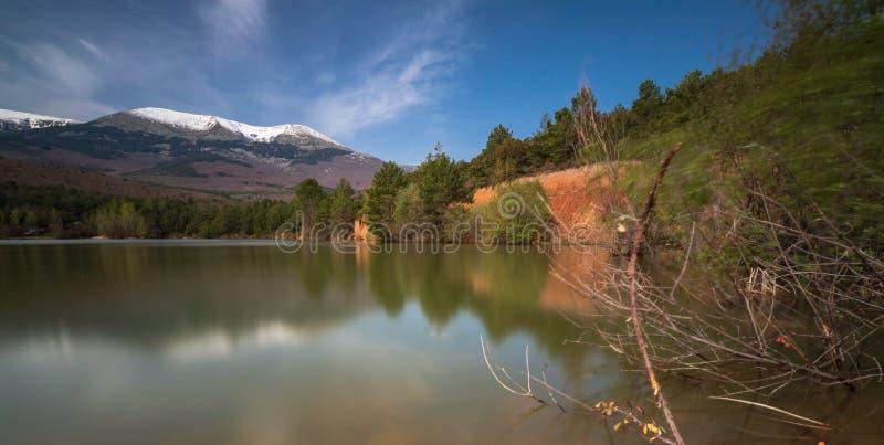 Lago natural del parque natural de Moncayo fotografía de archivo