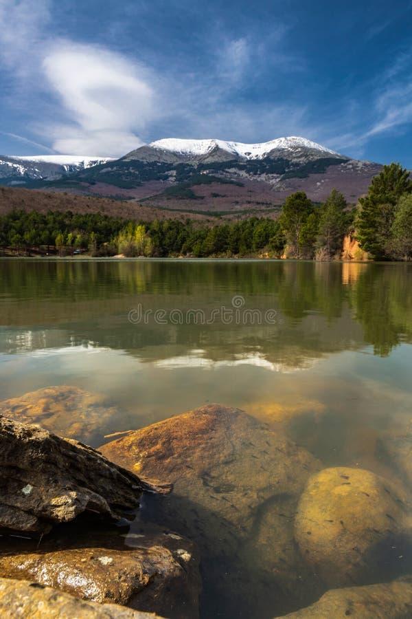 Lago natural del parque natural de Moncayo imagenes de archivo