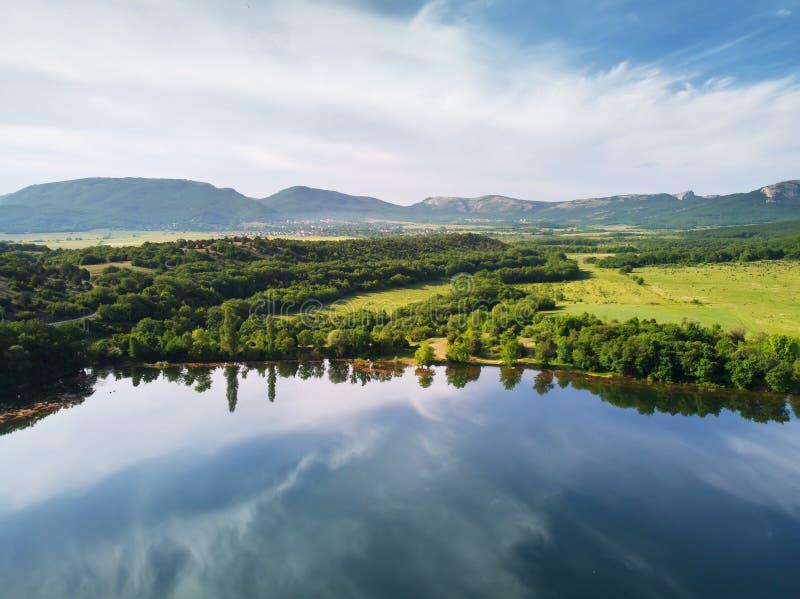 Lago nature na montanha fotos de stock