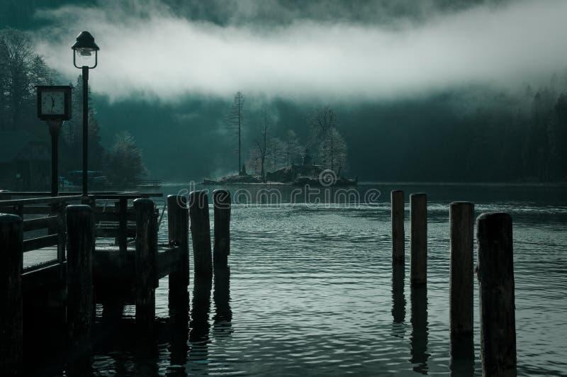 Lago nebbioso calmo a giù immagini stock
