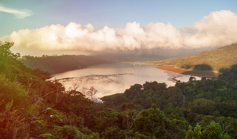 Lago nebuloso da montanha foto de stock