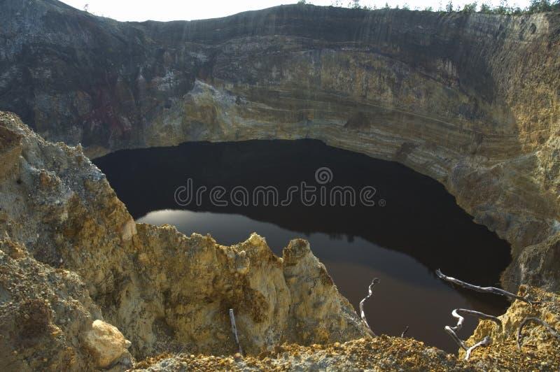 Lago negro en el cráter del volcán, kelimutu, flores, Indonesia imagen de archivo
