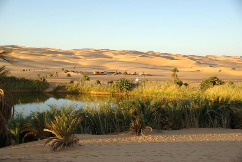 Lago nel deserto della Libia fotografie stock