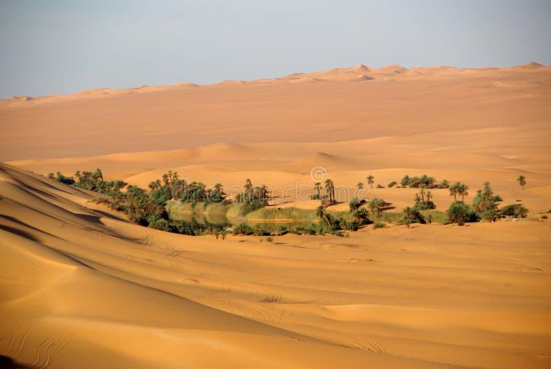 Lago nel deserto della Libia fotografia stock