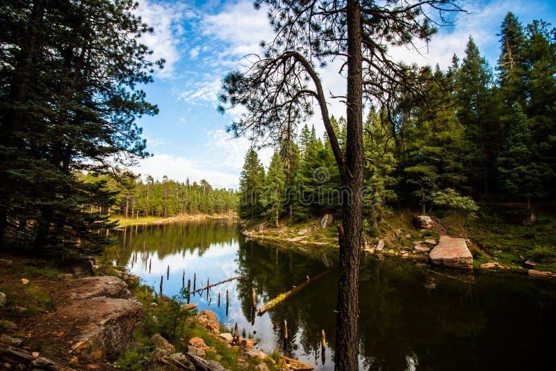 Lago nel mezzo delle montagne fotografia stock