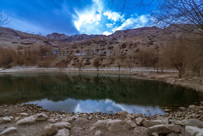 Lago nel telaio della natura - villaggio di Nako, valle di Kinnaur, Himachal Pradesh immagine stock