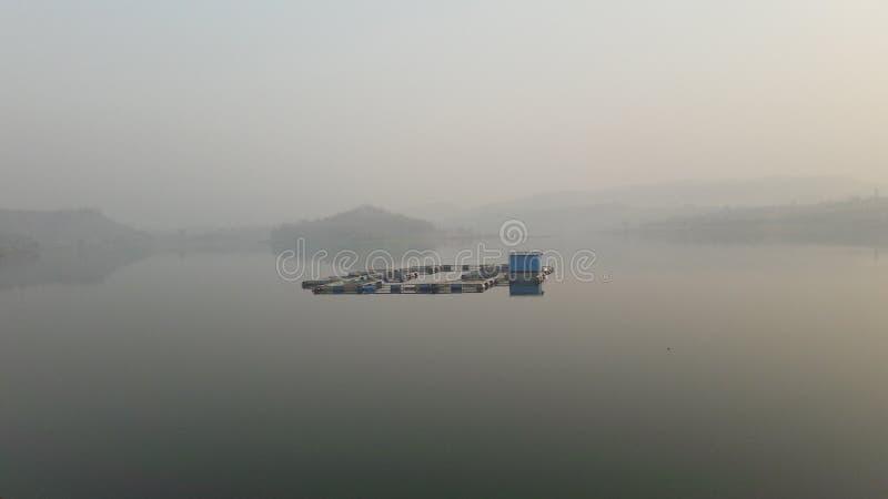 Lago nella foschia fotografie stock