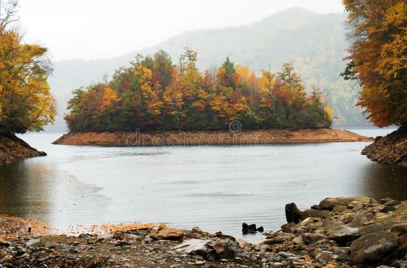 Lago nella pioggia fotografie stock
