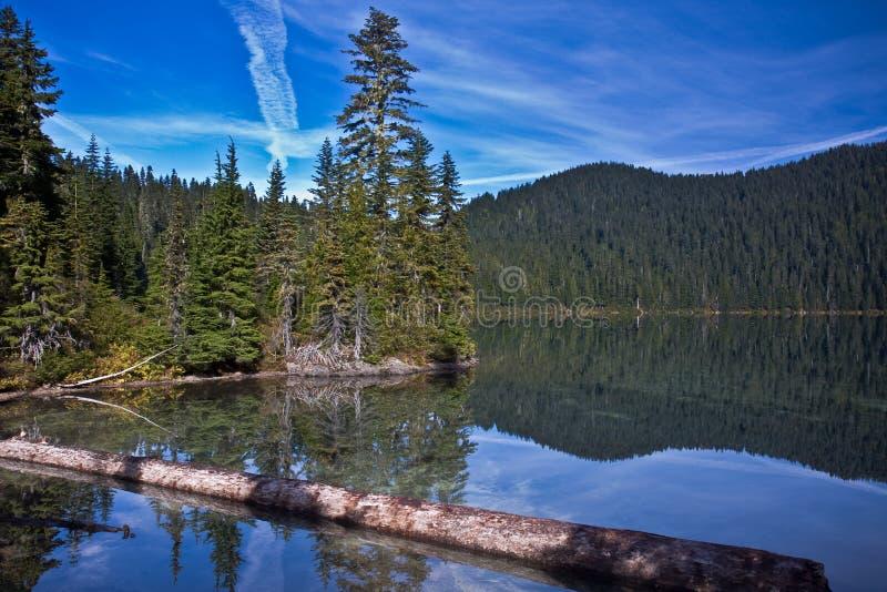 Lago nelle montagne fotografie stock libere da diritti