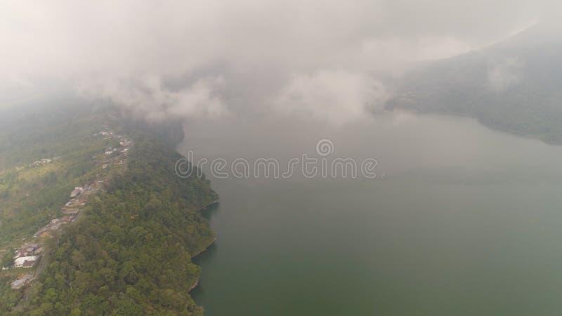 Lago nelle montagne Bali, Indonesia immagine stock