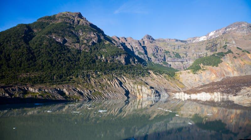 Lago nero dell'acqua di fusione del ghiaccio e del ghiacciaio fotografie stock libere da diritti