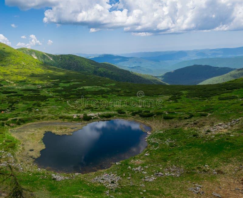 Lago Nesamovyte de la alta montaña en Cárpatos fotos de archivo libres de regalías