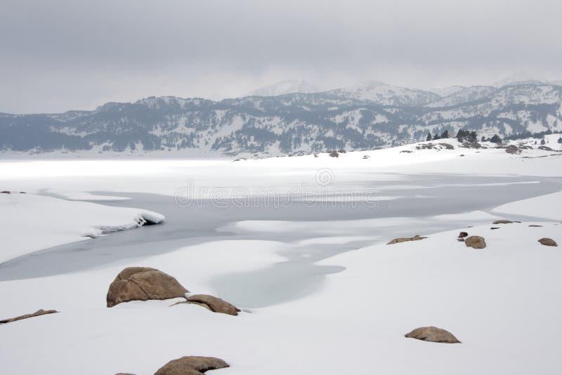 Lago nevado em Pyrenees imagem de stock royalty free