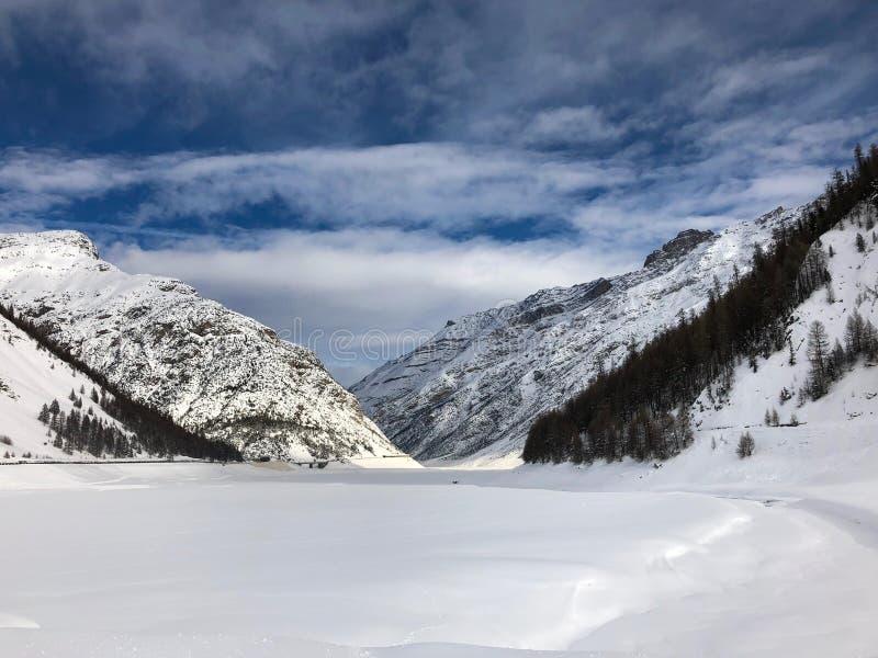 Lago nevicato Livigno nell'inverno fotografie stock libere da diritti