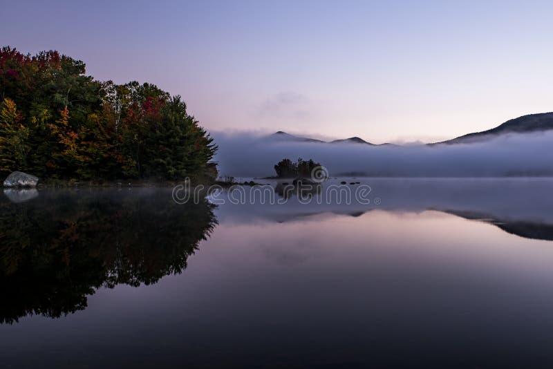 Lago nevoento e montanhas verdes - ilha com árvores coloridas - outono/queda - Vermont fotos de stock royalty free