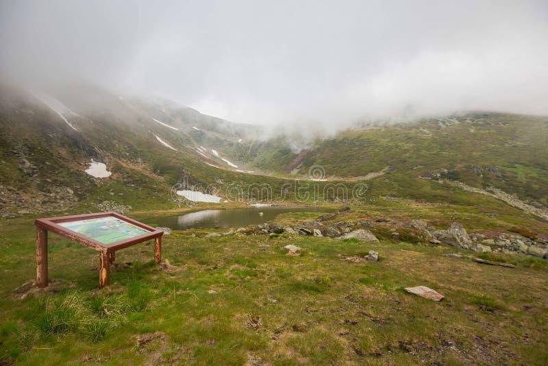 Lago nevoento mountain em um parque nacional em montanhas Carpathian foto de stock royalty free