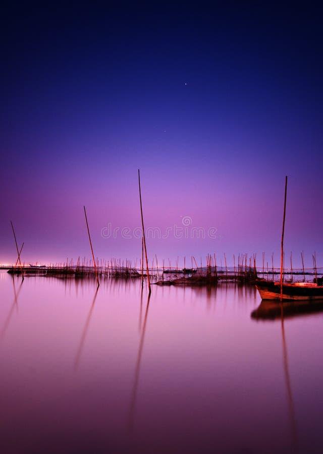 Lago no céu nocturno fotos de stock royalty free