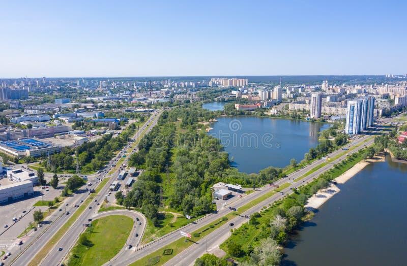 Lago no meio da cidade, tráfego na estrada de cidade fotografia de stock royalty free