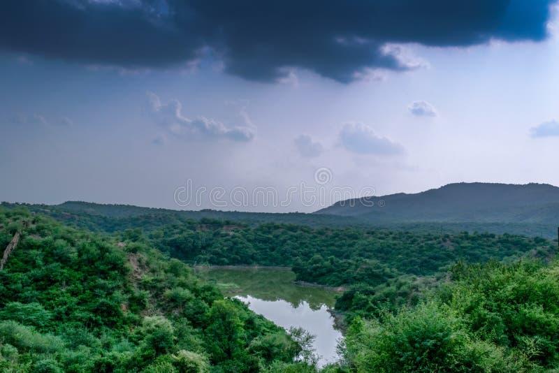 Lago no meio da paisagem foto de stock royalty free
