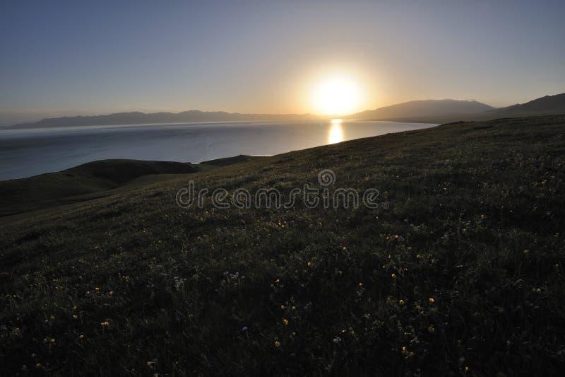 Lago no nascer do sol foto de stock
