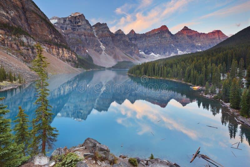 Lago no nascer do sol, parque nacional moraine de Banff, Canadá imagens de stock