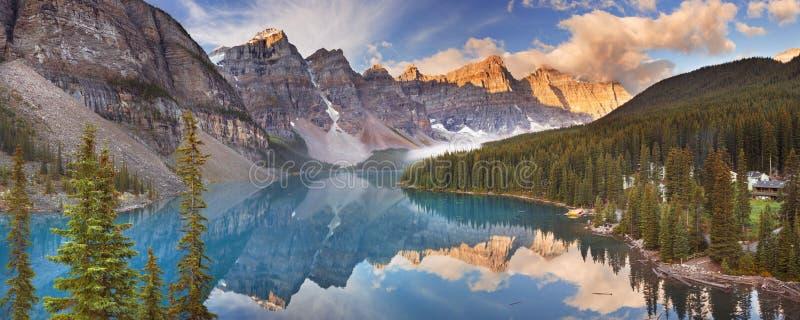 Lago no nascer do sol, parque nacional moraine de Banff, Canadá fotografia de stock royalty free