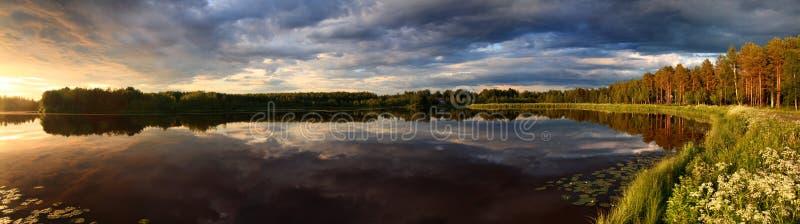 Lago no panorama do por do sol fotografia de stock royalty free