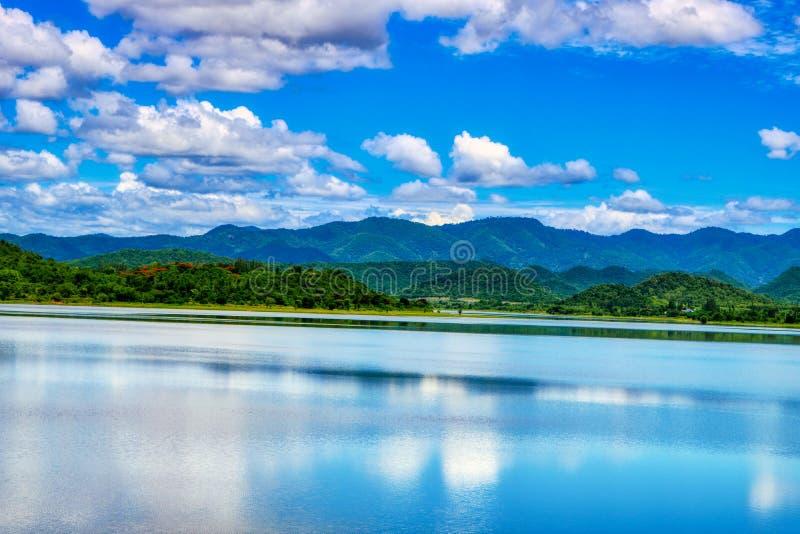 Lago no parque nacional de Kaeng Krachan em Tailândia com montes foto de stock