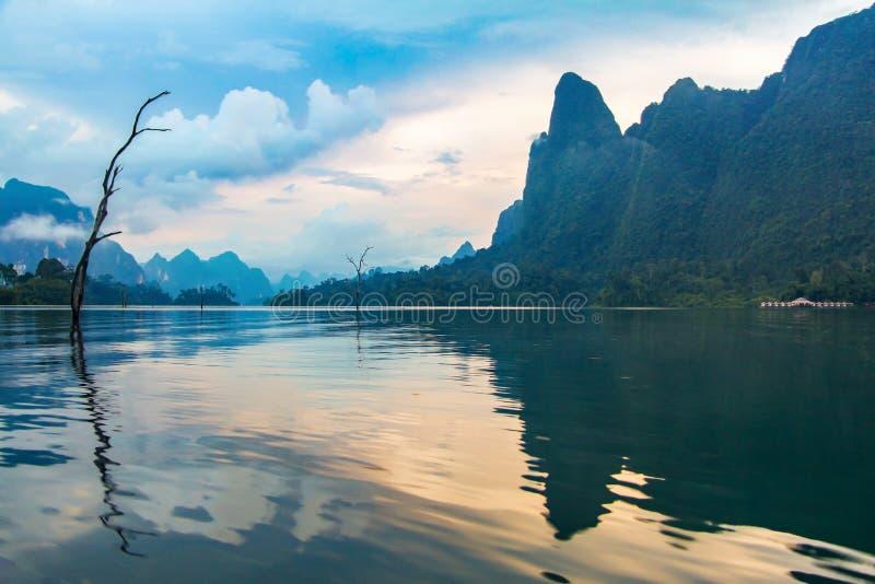 Lago no por do sol, Tailândia do lan de Cheow imagem de stock