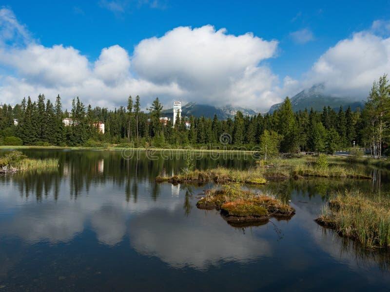 Lago Nove Strbske Pleso mountain in parco nazionale alto Tatra, Slovacchia, Europa immagini stock libere da diritti