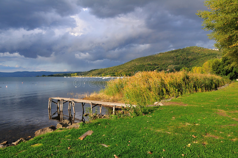 Lago nublado autumn foto de archivo